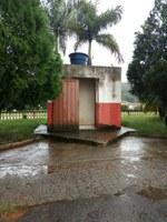 Indicação solicita manutenção (limpeza e abastecimento de água) do banheiro público ao lado do trailer da Praça Coronel Zoroastro de Oliveira