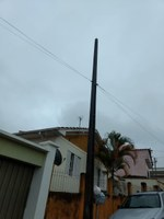 Indicação sugere providenciar a colocação de um braço no poste de luz na Rua Carlos Ribeiro, na altura do nº 43.