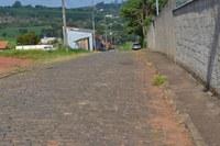 Indicação pede  como medida de urgência , realizar a poda das árvores da Rua Pastor Nivaldo de oliveira.
