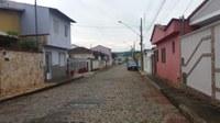 Indicação pede limpeza e correção com nivelamento do calçamento da Rua Jonas Olinto.