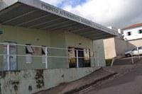 Indicação pede providencias a sinalização vertical (placa) e horizontal (faixa amarela), no sentido de proibir o estacionamento em frente à Unidade de Pronto Atendimento de nosso município