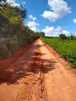 Indicação solicita a manutenção com aplicação da fresa do asfalto na estrada do Carrapato entre as propriedades dos Srs. Cláudio César Borges e José Francisco da Silva Lemes