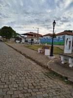 Indicação solicita providenciar através da CEMIG, a iluminação da praça localizada atrás da Igreja do Rosário, no Bairro Chapada
