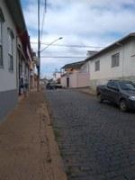 Indicação solicita providenciar obras urgentes de correção e nivelamento, junto ao entrocamento da Rua Evaristo da Veiga com a Rua Nossa Senhora do Sion